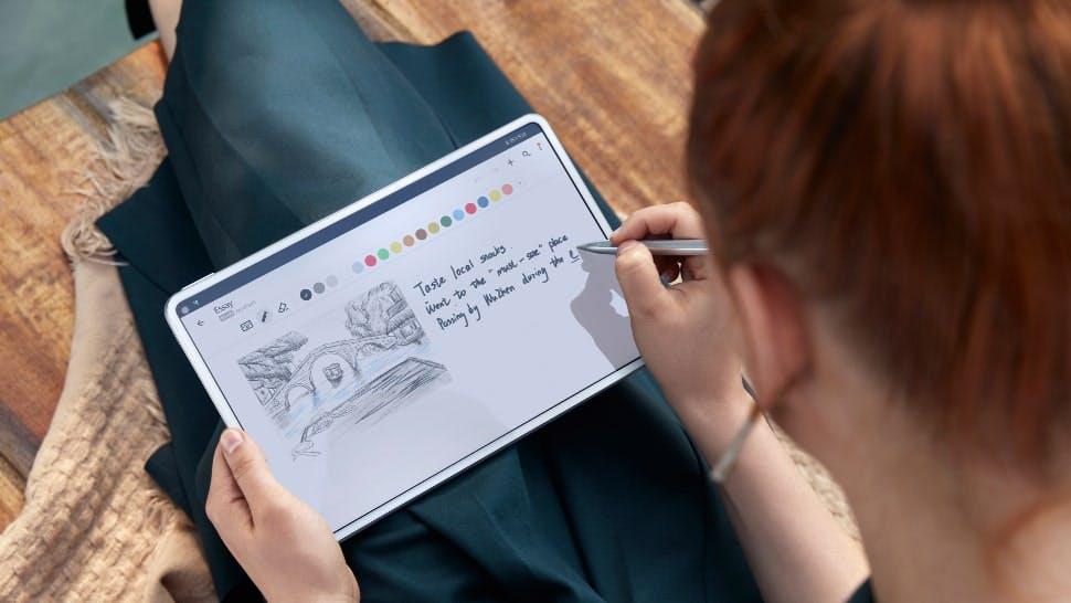 Frau malt auf dem HUAWEI MatePad Pro