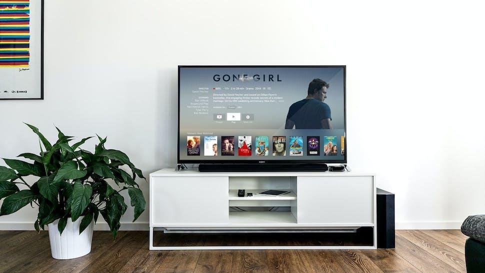 Smart TV auf TV-Bank vor weißer Wand