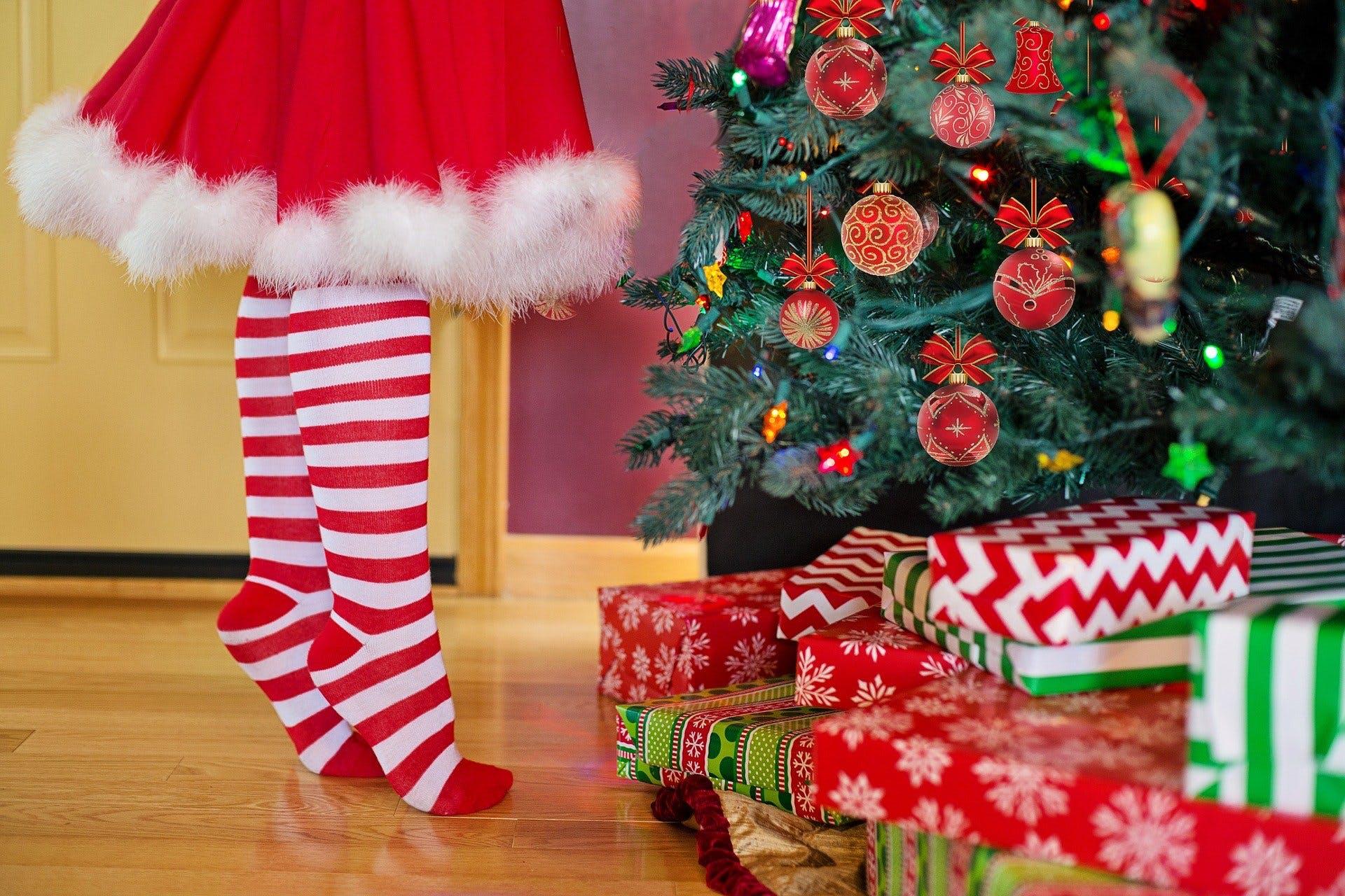 Bescherung am Weihnachtsbaum