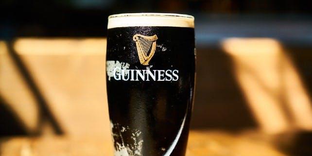 Ein Guinness der Biersorte Stout im Fokus
