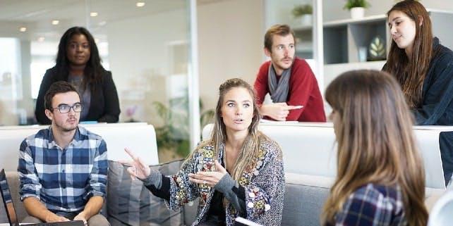 Frau führt ein Meeting mit Mitarbeitern durch