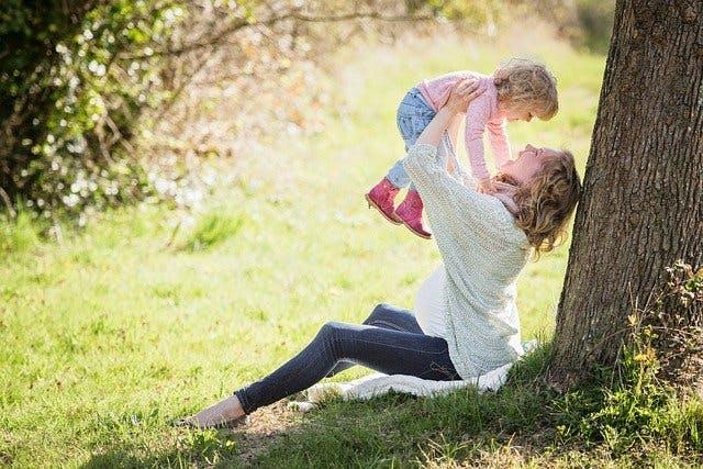 schwangere Frau und Kind im Park