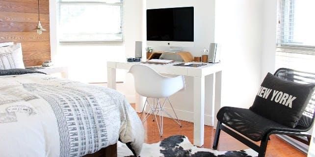 kleines WG-Zimmer mit Bett, Schreibtisch und Sessel