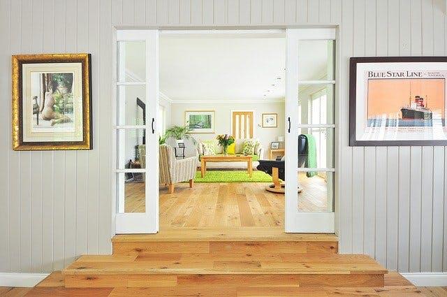 Ein hell eingerichtetes Wohnzimmer mit Parkettboden.