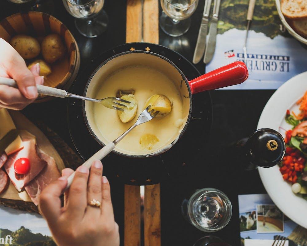 Gedeckter Tisch mit Käsefondue