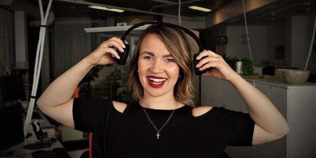 Comedy Podcast: Frau lacht im Studio