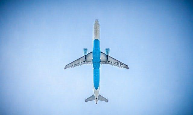 Startendes Passagierflugzeug von unten.