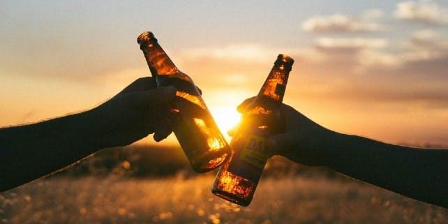 Bei Sonnenuntergang auf die Biersorte anstoßen