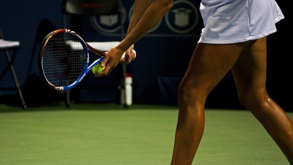 Tennisspielerin beim Aufschlag