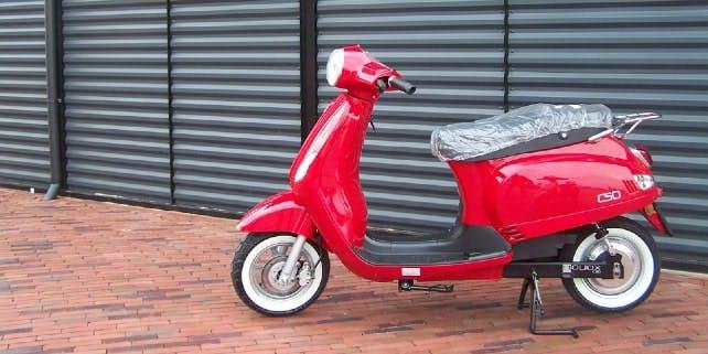 Roter E-Roller