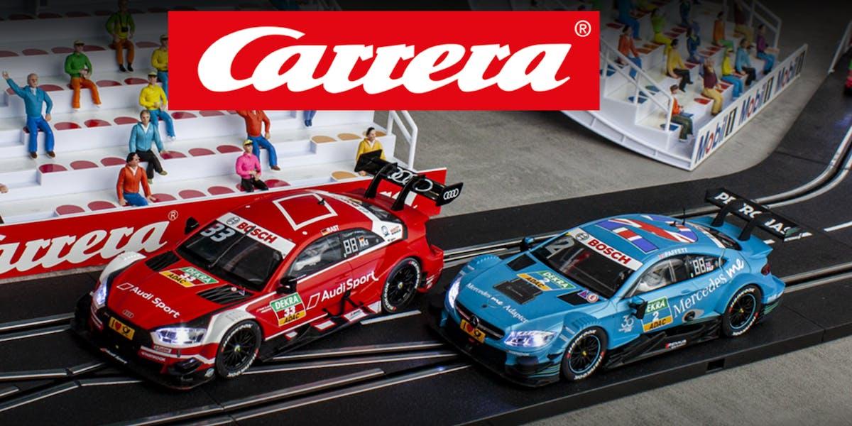 Zwei DTM Carrera Modellautos liefern sich ein Kopf-an-Kopf-Rennen