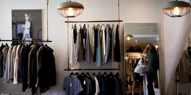 Nachhaltige Mode in einem Geschäft
